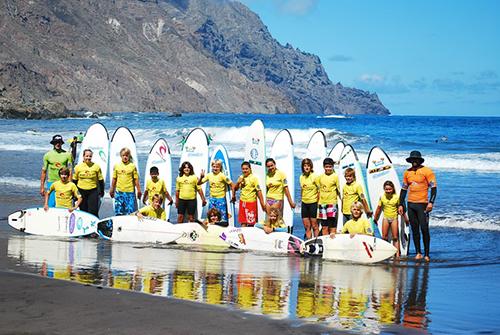 Un grupo de participantes de nuestras cescuela de surf
