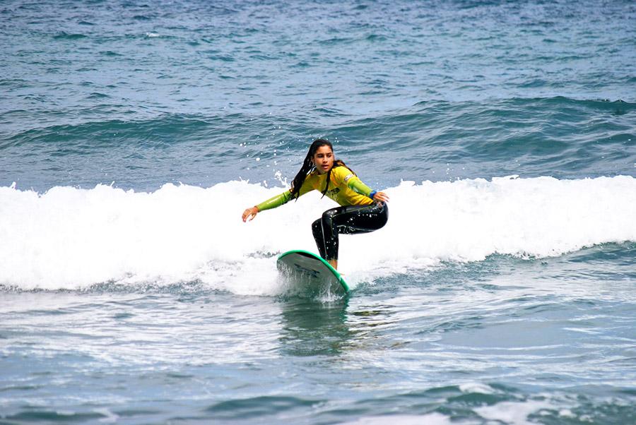 Una cursillista de nuestras escuela de surf practica la puesta en pie