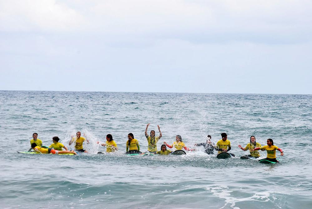 Uno de nuestros grupos de la escuela de surf saludan desde el aguna