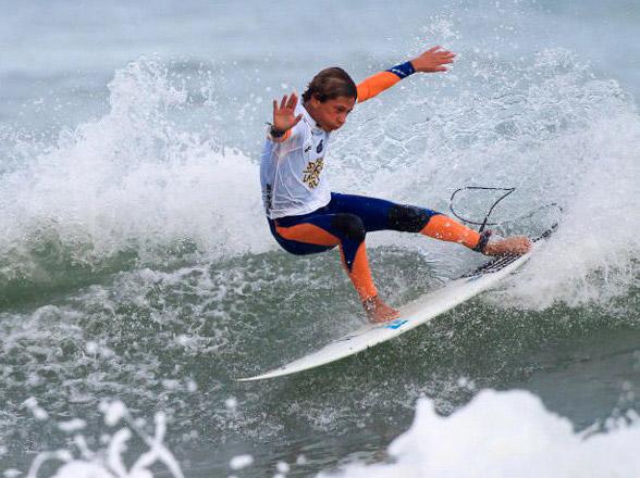 Diego Suárez en plena maniobra sobre la ola